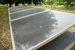 Los paneles solares en el parque Imagen de archivo libre de regalías