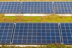 Los paneles solares en el tejado Imagen de archivo libre de regalías