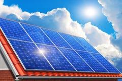 Los paneles solares en el tejado de la casa Foto de archivo