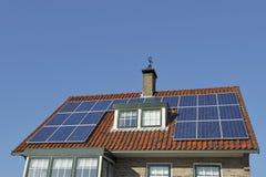 Los paneles solares en el tejado rojo Fotografía de archivo libre de regalías