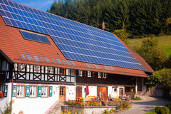 Los paneles solares en frarmhouse Fotos de archivo