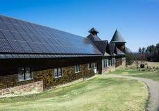 Los paneles solares en granero histórico Foto de archivo