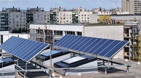 Los paneles solares en la azotea Fotografía de archivo libre de regalías