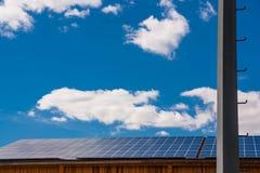 Los paneles solares en la azotea Imagenes de archivo