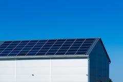 Los paneles solares en la azotea Foto de archivo