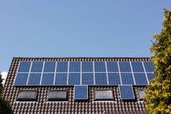 Los paneles solares en la azotea Fotos de archivo libres de regalías