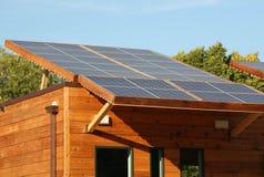 Los paneles solares en la azotea de la casa de Eco fotos de archivo