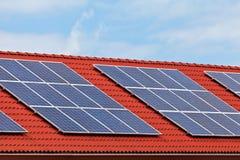 Los paneles solares en la azotea de nuevamente construyen casas Imágenes de archivo libres de regalías