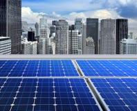Los paneles solares en la azotea moderna Imagen de archivo