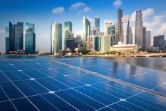 Los paneles solares en la ciudad moderna Foto de archivo libre de regalías