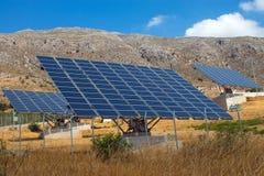Los paneles solares en la isla de Crete imagen de archivo libre de regalías