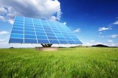 Los paneles solares en la naturaleza Fotografía de archivo libre de regalías