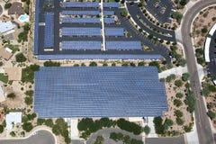 Los paneles solares en las estructuras del estacionamiento Foto de archivo libre de regalías