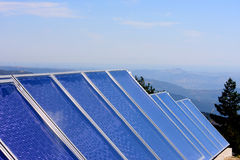Los paneles solares en montañas portuguesas Imagen de archivo