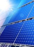 Los paneles solares en rascacielos fotografía de archivo