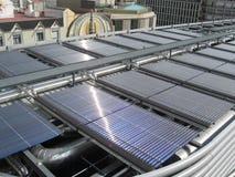 Los paneles solares en tapa de la azotea Imagenes de archivo