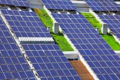 Los paneles solares en tapa de la azotea Foto de archivo libre de regalías