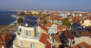 Los paneles solares en los tejados de casas en el terraplén de Pomorie en Bulgaria Imágenes de archivo libres de regalías