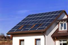 Los paneles solares en un campo Fotografía de archivo libre de regalías