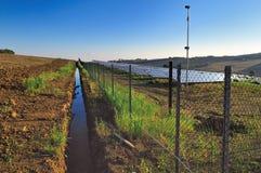 Los paneles solares en un campo del país Foto de archivo libre de regalías
