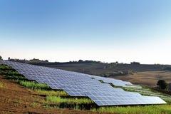 Los paneles solares en un campo del país Imagen de archivo libre de regalías