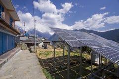 Los paneles solares en un paisaje de la montaña Imagen de archivo libre de regalías