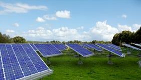 Los paneles solares en un prado Imagen de archivo