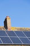 Los paneles solares en un tejado de la casa Imagen de archivo libre de regalías