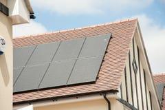 Los paneles solares en un tejado de la casa Fotos de archivo libres de regalías