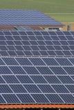 Los paneles solares en una azotea Foto de archivo libre de regalías