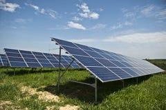Los paneles solares en una azotea Fotografía de archivo libre de regalías