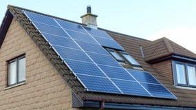 Los paneles solares en una azotea Imágenes de archivo libres de regalías