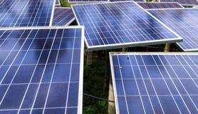 Los paneles solares en una azotea Fotos de archivo libres de regalías