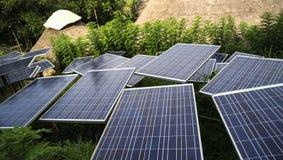 Los paneles solares en una azotea Imagen de archivo
