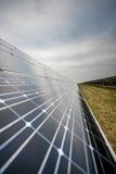 Los paneles solares en una azotea Fotos de archivo