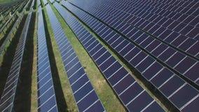 Los paneles solares en una azotea almacen de metraje de vídeo