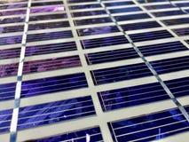 Los paneles solares en una azotea Foto de archivo