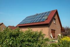 Los paneles solares en una azotea roja Fotos de archivo libres de regalías