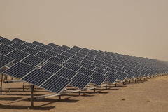 Los paneles solares en una central eléctrica imagenes de archivo