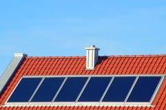 Los paneles solares en una nueva azotea Imágenes de archivo libres de regalías