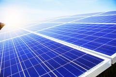 Los paneles solares a encenderse durante el día Fotografía de archivo libre de regalías