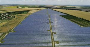 Los paneles solares, energía alternativa, consiguiendo electricidad del sol almacen de metraje de vídeo