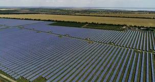 Los paneles solares, energía alternativa, consiguiendo electricidad del sol almacen de video