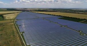 Los paneles solares, energ?a alternativa, consiguiendo electricidad del sol almacen de metraje de vídeo