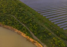 Los paneles solares fotovoltaicos azules Fotos de archivo libres de regalías