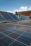 Los paneles solares fotovoltaicos de la energía alternativa Fotos de archivo