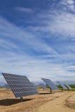 Los paneles solares fotovoltaicos de la energía renovable Foto de archivo