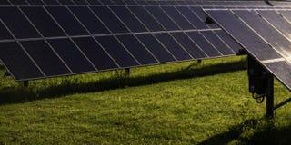 Los paneles solares, fuente alternativa de la electricidad, los paneles solares en el patio Foto de archivo libre de regalías