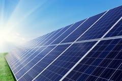 Los paneles solares generan energía del poder en el cielo azul en el d3ia foto de archivo