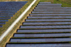 Los paneles solares, granjas solares imagenes de archivo